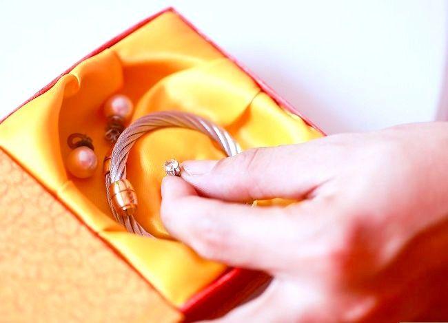 Imaginea intitulată Cercei cu diamant curat Pasul 10