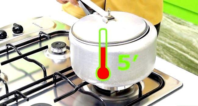 Imaginea intitulă Faceți un tort folosind un aragaz sub presiune Pasul 14