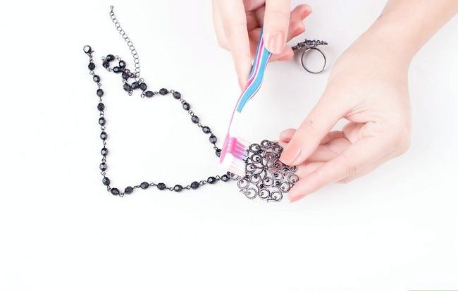 Imagine cu titlul Curățenie de bijuterii fals Pasul 3