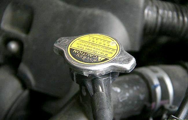 Imaginea intitulată Verificați și adăugați lichidul radiatorului Pasul 3