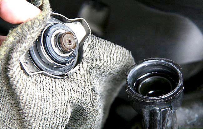 Imaginea cu titlul Verificați și adăugați lichidul pentru radiator Pasul 5