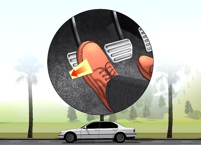 Imaginea intitulată Transmiteți fără probleme cu o transmisie manuală Pasul 2