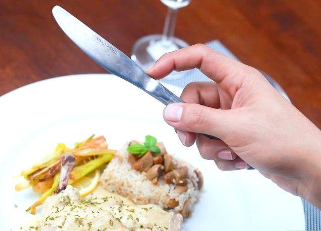 Imaginea intitulată Utilizați corect un furculiță și un cuțit Pasul 2