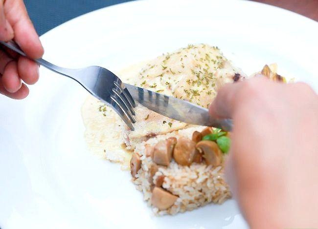 Imaginea intitulată Utilizați corect un furculiță și un cuțit Pasul 9